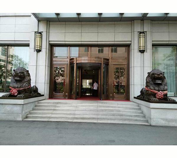 铜狮子雕塑_银行门口铜狮子图片