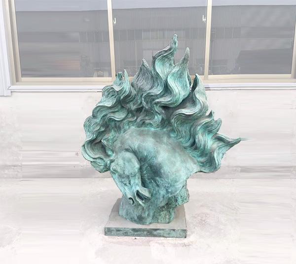 锻铜马头雕塑