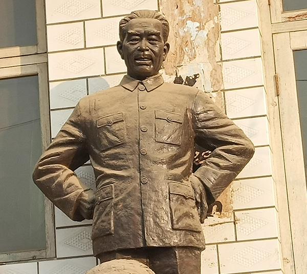 铸铜现代人物雕塑