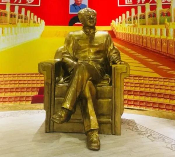 历史馆毛主席铜像