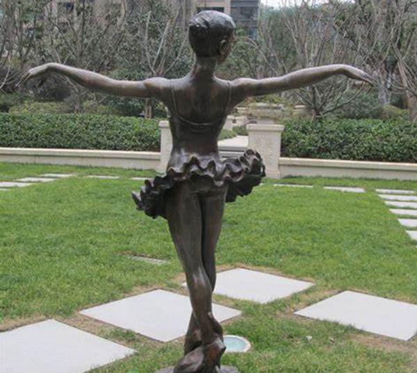 芭蕾舞小区人物雕塑